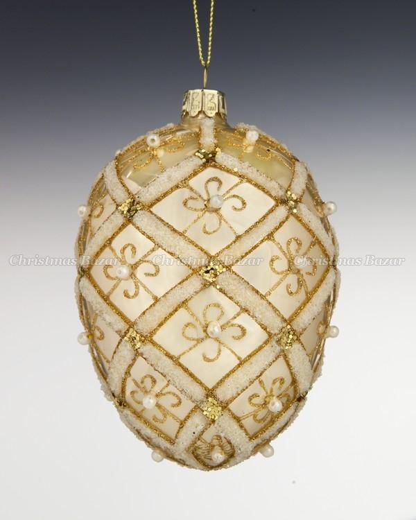 Яйцо золотое с жемчужным бисером.